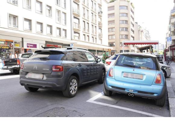L'anarchie du stationnement règne souvent dans les rues des quartiers de Genève. CHRISTIAN BONZON