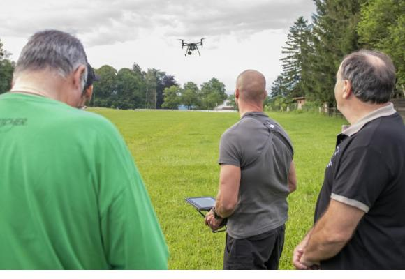 Au petit matin, des policiers du groupe drones lors de l'opération «sauvetage des faons». PASCAL BITZ