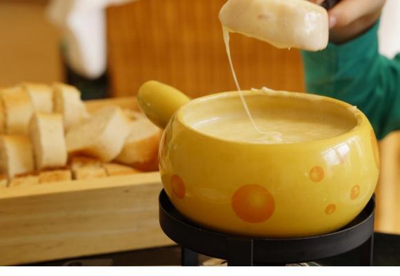L'exposition met en lumière les liens sociaux générés par la gastronomie helvétique. PIXABAY