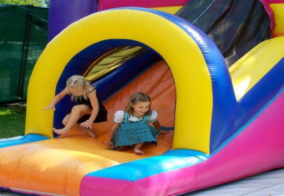 Les enfants vont s'en donner à cœur joie sur les structures moelleuses du Blow Up Festival. PXHERE