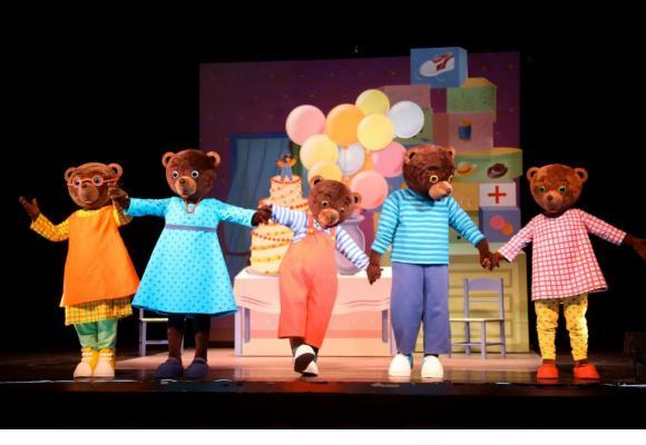 Le spectacle met en scène Petit Ours Brun et ses joyeux compères. DR