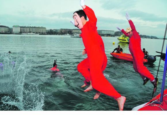 Pour se donner du courage, les populaires se jettent à l'eau dans une ambiance carnavalesque. STéPHANE CHOLLET