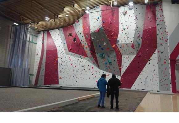 Le mur d'escalade est la star incontestée du Centre sportif de la Queue-d'Arve. MARIE PRIEUR