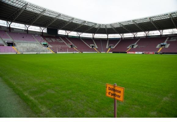 La pelouse est encore jeune par endroits. «On espère qu'elle sera dans le meilleur état possible pour le 2e tour du championnat», indique un membre du Conseil de fondation du Stade.