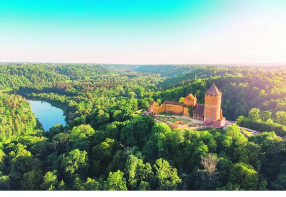 Outre les trois capitales incoutournables, Tallinn, Riga et Vilnius, les amateurs de nature seront comblés. Ici, le parc naturel de Gauja avec le château de Turaida. 123RF/RONSTIK