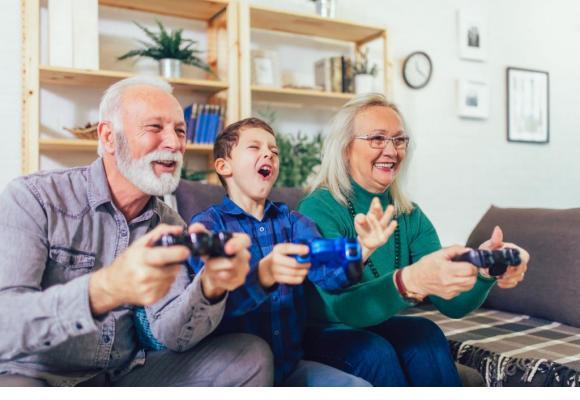 Jouer avec ses petits enfants contribue à maintenir un lien essentiel. 123RF/ JOVAN MANDIC