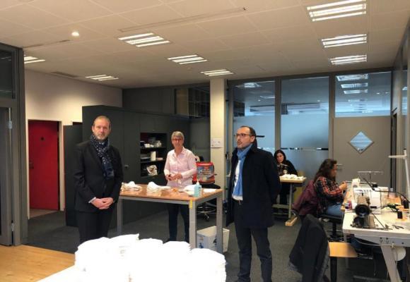 Le conseiller d'Etat Thierry Apothéloz a visité, le 27 mars, les ateliers de l'entreprise sociale privée PRO, qui s'est attelée à fabriquer des masques de protection. DR