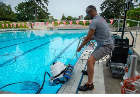 Pour préparer la réouverture, les bassins doivent être nettoyés et mis en eau.  Comme celui de la piscine de Marignac au Grand-Lancy. PHOTOS STéPHANE CHOLLET