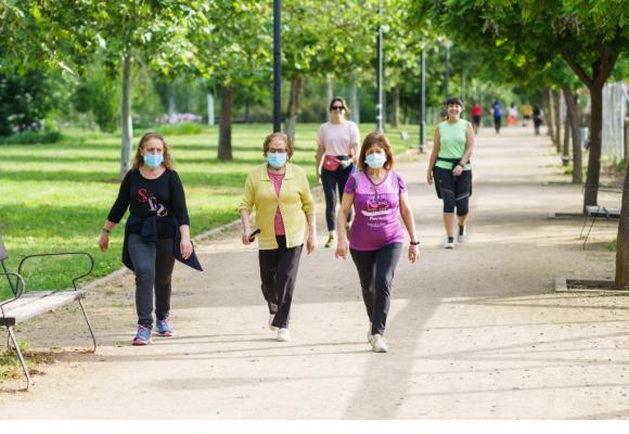 Selon le professeur Beda M. Stadler (en médaillon), le port du masque n'évite qu'1% des transmissions du coronavirus. 123 RF