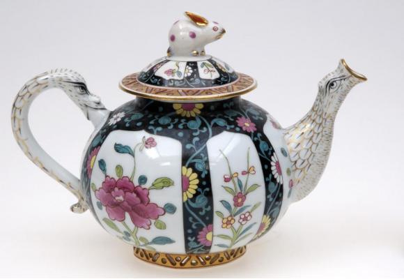 Les traces des premières théières remontent  au début du XVIe siècle en Chine. Ici un modèle  de la Manufacture de Herend en Hongrie (vers 1870).  NICOLAS LIEBER