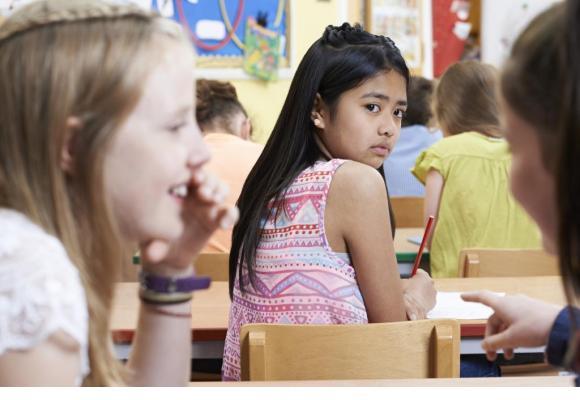 Un élève victime de discrimination raciale peut s'adresser au Centre d'écoute contre le racisme.