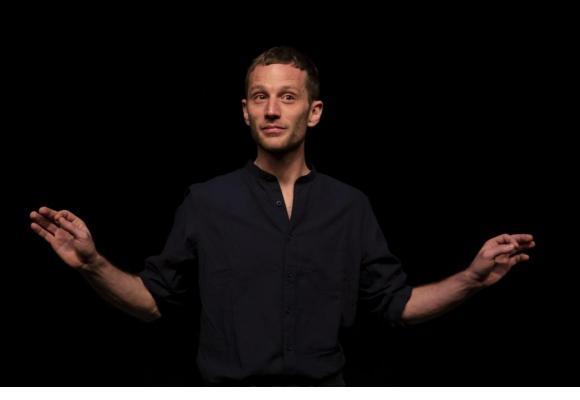 Sur scène, la prestation de Simon Guélat est troublante. NORA RUPP