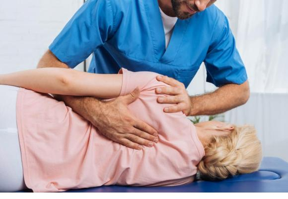 Obtenir une bourse pour suivre une formation de physiothérapeute après 35 ans est désormais possible. Le plafond passe de 16'000 à 40'000 francs maximum par an. 123RF/LIGHTFIELDSTUDIOS