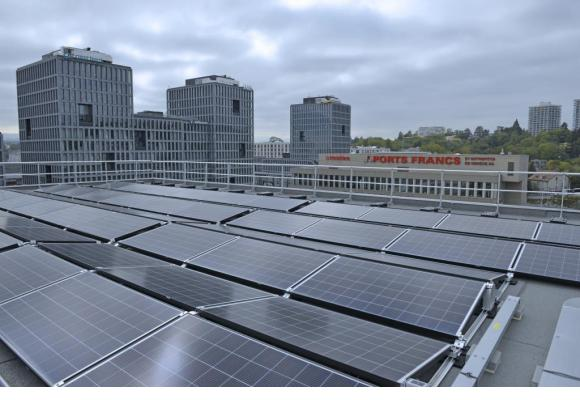 Les panneaux photovoltaïques produisent l'équivalent de la consommation annuelle de 340 ménages. SIG