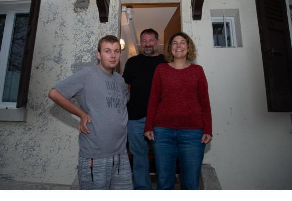 Sven avec ses parents Philipp et Sylvanne sur le seuil de leur maison à Bellevue. STéPHANE CHOLLET
