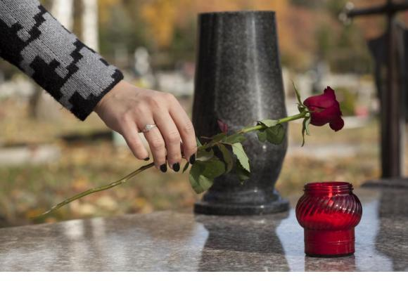 Une cérémonie en hommage aux proches disparus durant le pic de l'épidémie du printemps dernier. 123RF/KATARZYNA BIAłASIEWICZ