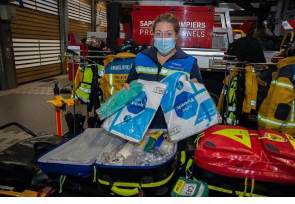 La sapeuse ambulancière Marine Dubuis nous dévoile le matériel  pour la prise en charge  d'un patient positif au Covid-19. La pochette «C43» contient le kit de première nécessité.