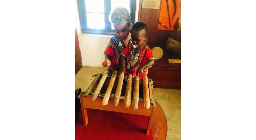 Au musée de la ville, l'on peut s'essayer aux instruments typiques. DW