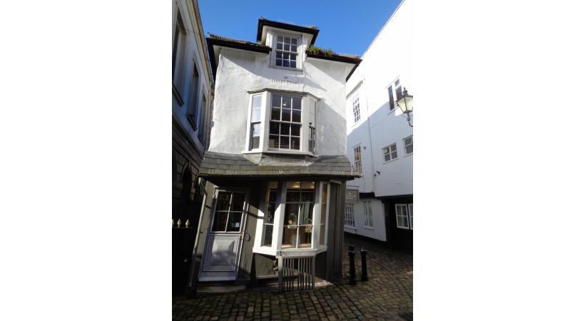 Cette maison bâtie en 1592 a fini par se pencher