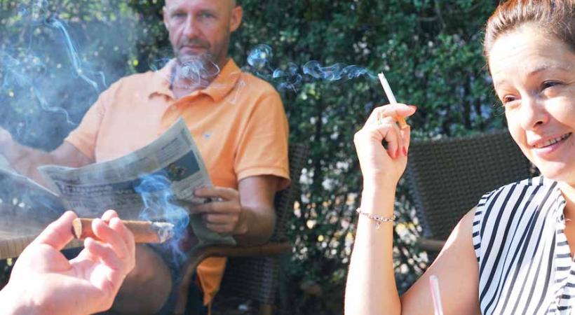 La fumée à l'extérieur des restaurants et cafés peut être une gêne pour beaucoup de clients. DR