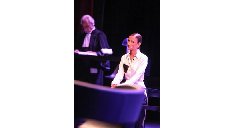 Sur la scène du BFM. Me Marc Bonnant défend Priscilla, une jeune femme robot. DR