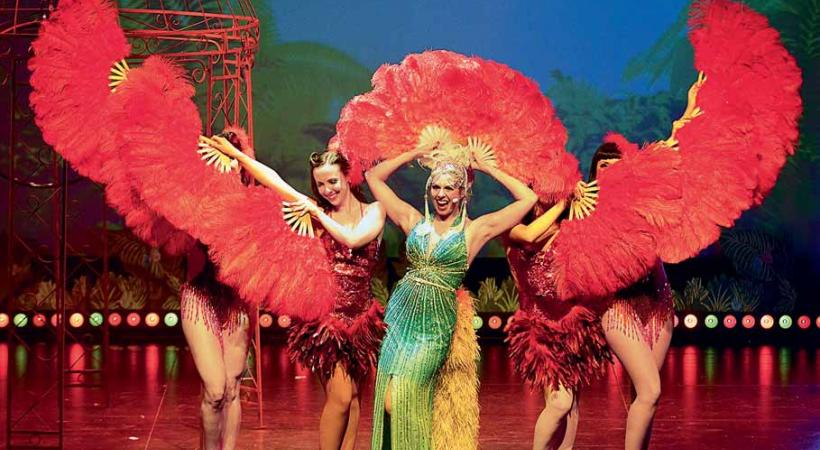Plumes, paillettes, glamour, humour: le cocktail parfait pour la plus grande revue burlesque de Suisse. PHILIPPE HOUDEBERT