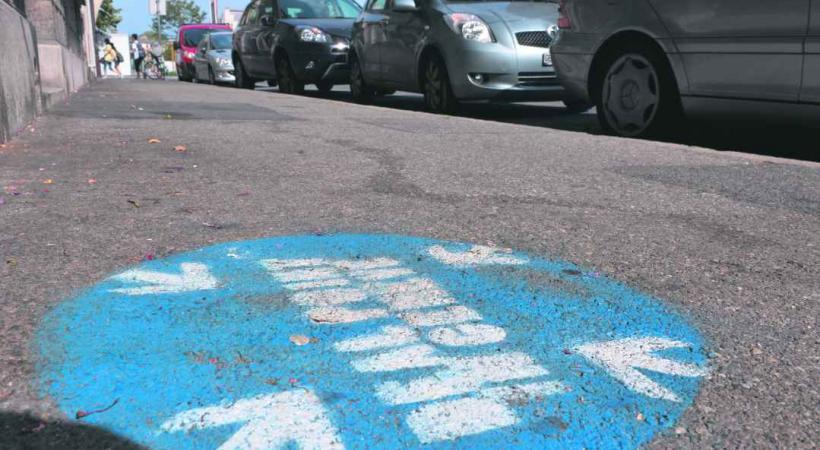 A Plainpalais, des graffitis au sol rappelle aux toxcicomanes les points de rencontre du deal…