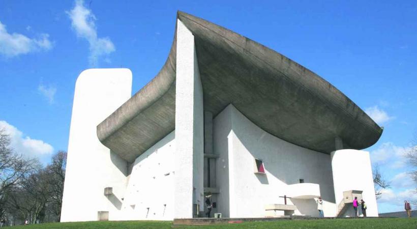 Notre-Dame du-Haut à Ronchamp porte la signature de Le Corbusier.