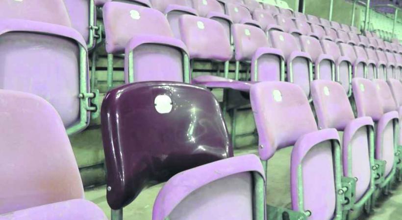 Seuls quelques strapontins, éparpillés ici ou là, rappellent le lustre d'antan du stade.