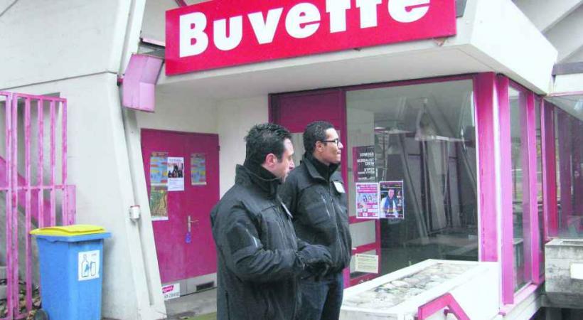 Des agents surveillent désormais l'entrée des vestiaires au Stade du Bout-du-Monde.