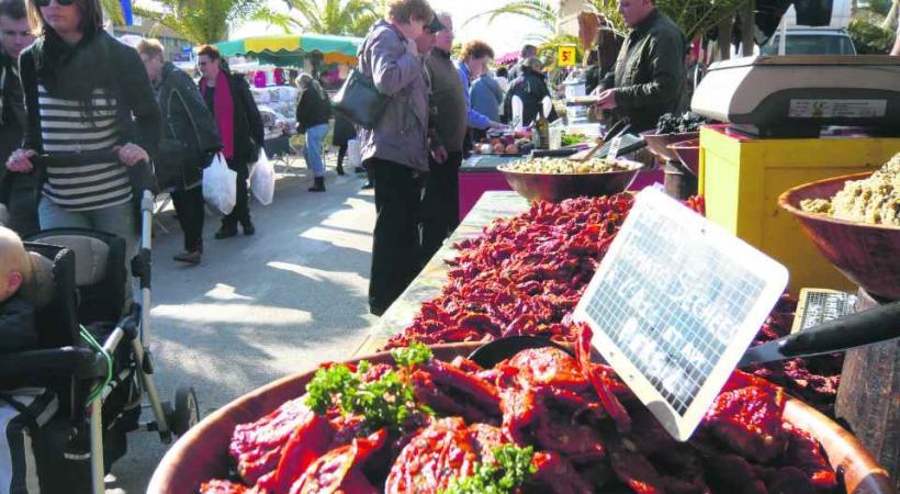 Le port, à quelques kilomètres de la ville, point de départ d'excursions, à visiter le samedi matin pour son marché!