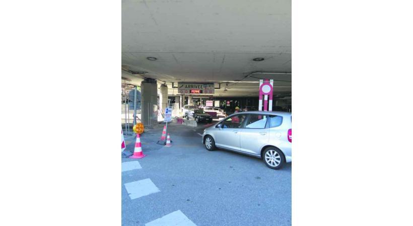 Les automobilistes circulent au parking des arrivées, en dépit des panneaux de signalisation.