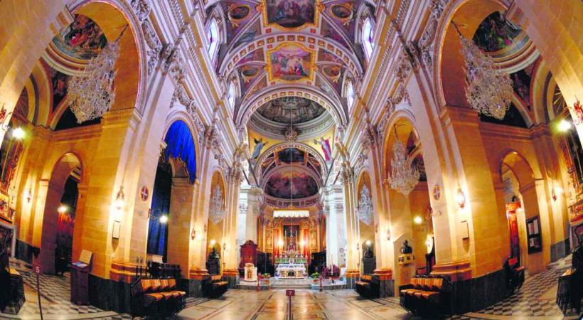 La co-cathédrale Saint-Jean de la Valette et son dallage de 374 pierres tombales en marbre coloré.