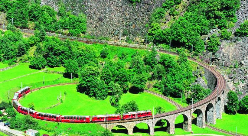 Le Bernina express avec wagon panoramique sur le viaduc près du Brusio. Crédits Peter DONATSCH