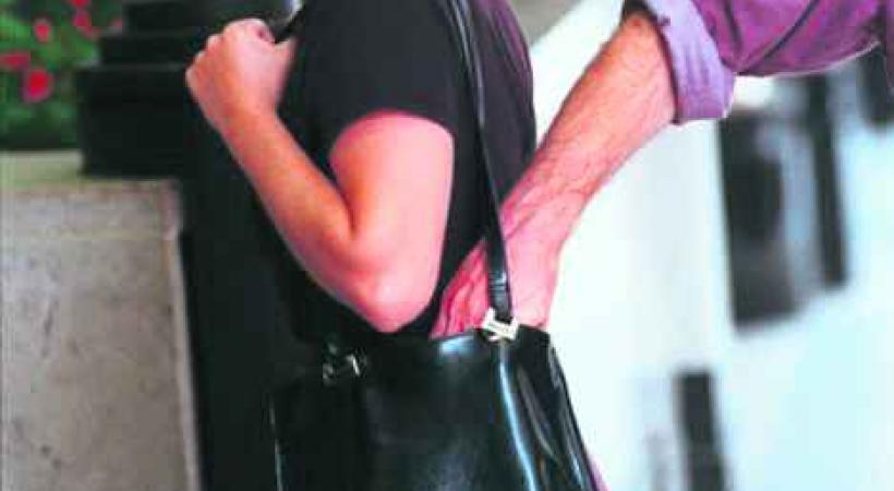 Les arnaques estivales dont il faut se méfier sont notamment la bague d'or et le bonnetau. Il faut également être prudent avec son sac dans la foule.