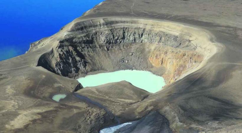 Le cratère d'Askja, entouré d'un désert de lave.