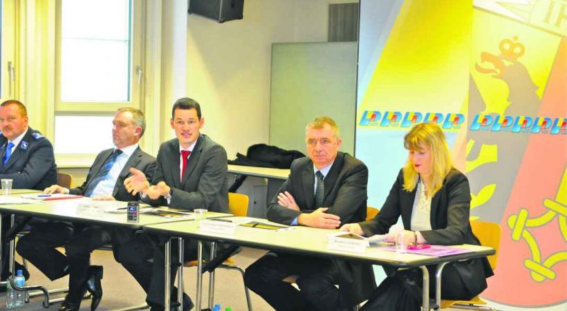 François Schmutz chef de la police judiciaire, Pierre Maudet, conseiller d'Etat chargé de la Sécurité, Christian Cudré-Mauroux, chef des opérations et Monica Bonfanti, cheffe de la police.