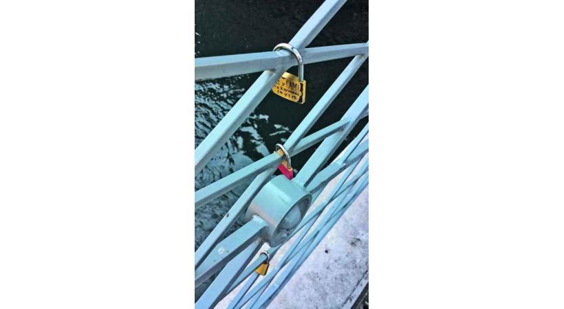 Les cadenas, semblables à ceux de Vénise, Paris ou encore Deauville, ont commencé à fleurir sur le pont de l'Île.