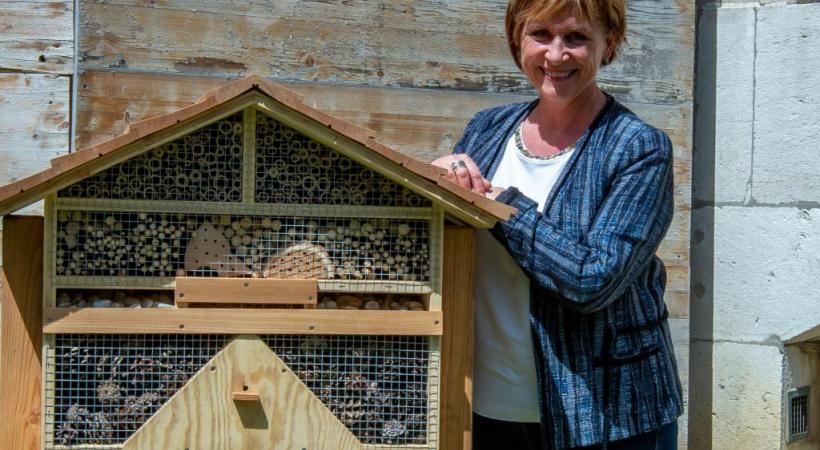 La future maire à côté de l'hôtel à insectes qu'elle a fait installer  dans la cour de son bureau en Vieille-Ville. STéPHANE CHOLLET