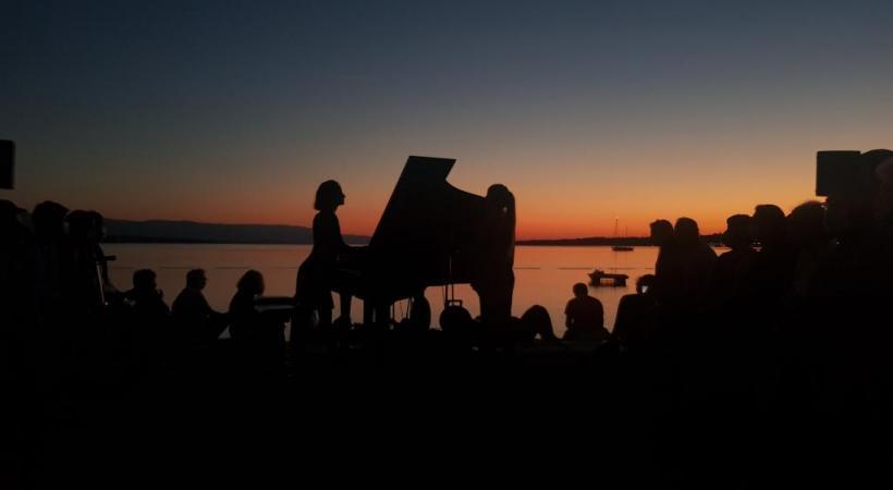 Les spectateurs sont souvent saisis par la prodigieuse puissance d'envoûtement d'un concert au soleil naissant sur les bords du lac Léman. DR