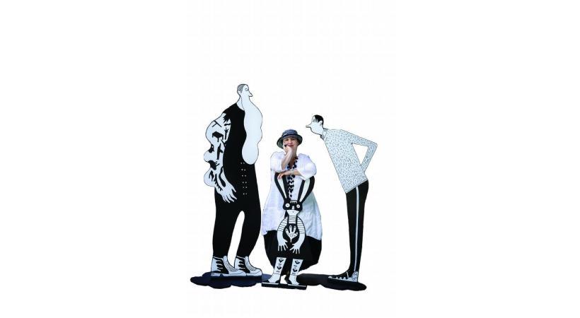 Albertine entourée de ses personnages noirs et blancs fantasques.  MAGALI GIRARDIN/VILLE DE CAROUGE