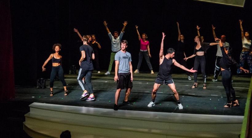 Les acteurs, chanteurs et danseurs répètent inlassablement sur la scène du Casino-Théâtre.