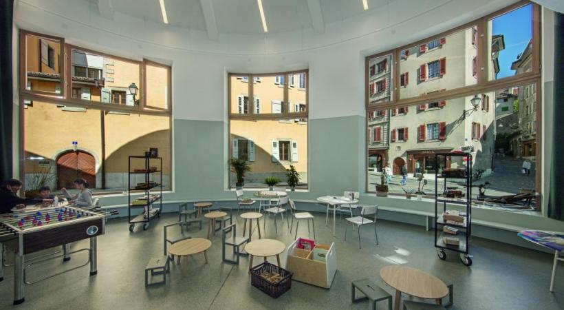 Tout en rondeur, le nouveau bâtiment en Vieille-Ville accueille six associations.