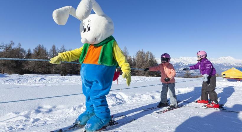 Les plus petits apprennent la glisse en s'amusant avec la mascotte Snowli. DR