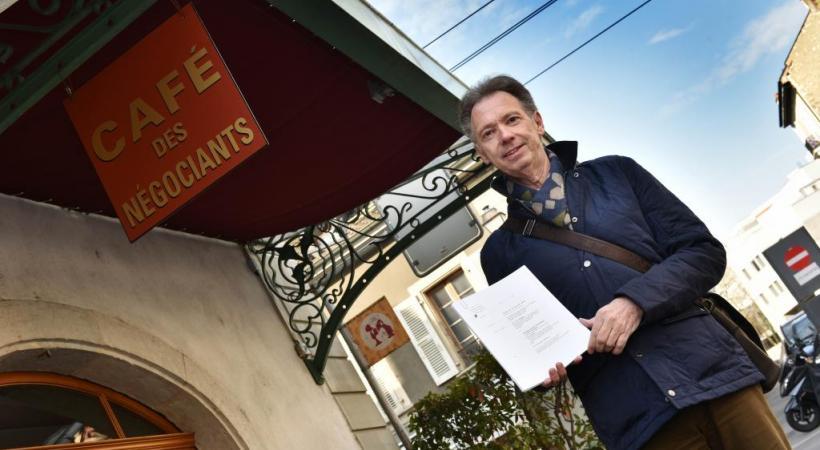 Daniel Huber devant son ancien café. Il veut que justice soit rendue. PASCAL BITZ