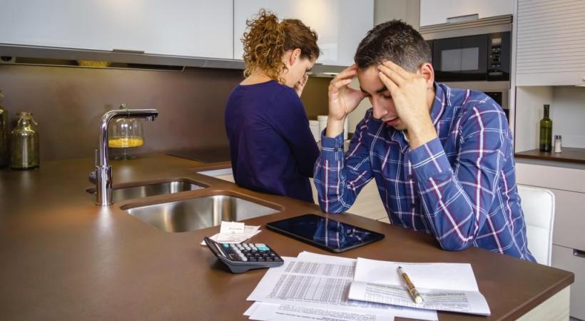 Les dettes s'accumulent et on sombre dans la précarité. ISTOCK/DAVID PERIERAS VILLAG