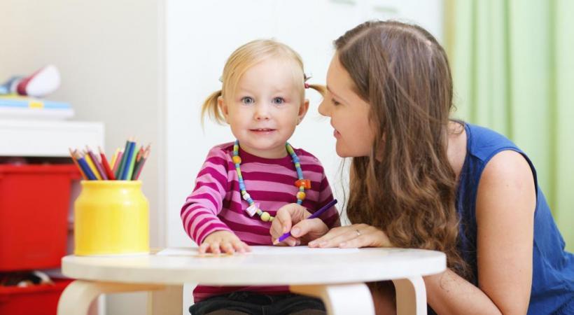 Une vraie nanny réalise des activités d'éveil de l'enfant. ISTOCK/SHALAMOV