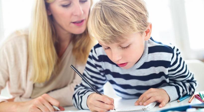De nombreux outils pédagogiques aident aujourd'hui les parents qui choisissent de faire l'école à leurs enfants chez eux. GETTY IMAGES/ALVAREZ