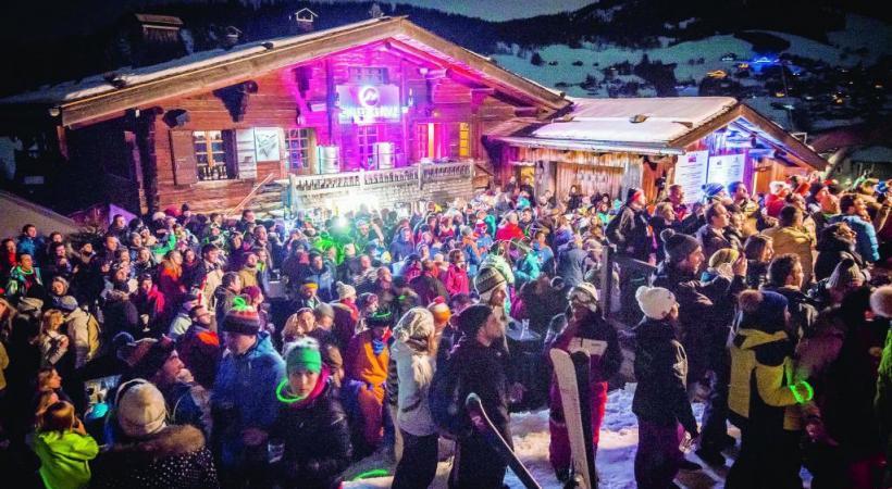 A La Clusaz, on peut apprendre à skier comme un champion! D. MACHET Ambiance sur les pistes lors de la Full Moon Party. D. MACHET Ambiance sur les pistes lors de la Full Moon Party. D. MACHET