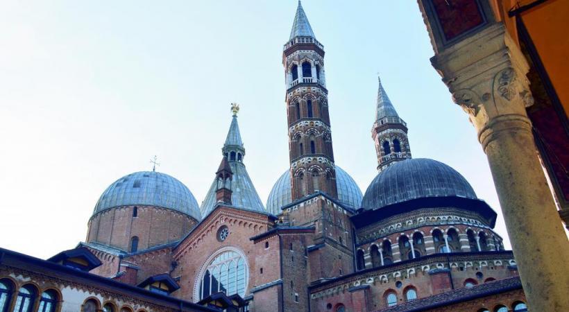 La basilique Saint-Antoine est la deuxième plus grande église de la ville et la plus visitée. CYR